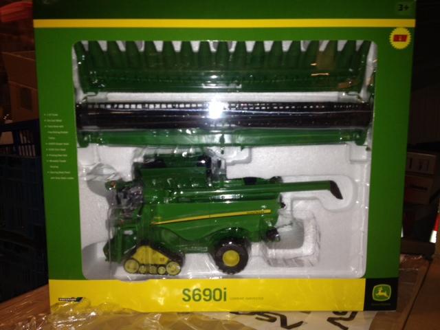 John Deere S690 Combine Harvester (doos a 3 stuks)